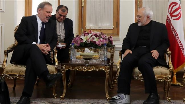 Iran's Foreign Minister Mohammad Javad Zarif (R) and Brazilian Minister of Development, Industry and Trade Armando Monteiro meet in Tehran on October 26, 2015. © IRNA
